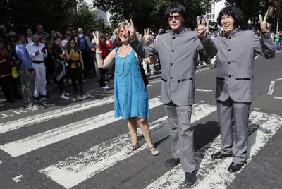 Para festejar la efeméride, un grupo de imitadores de los Beatles llegó a la calle de Abbey Road en una réplica del psicodélico Rolls Royce de John Lennon.