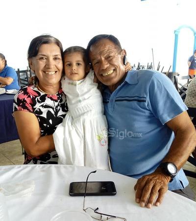Yolanda, Emma y Carlos Bernardo.