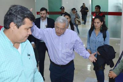 El mandatario realizó una escala en esta ciudad, previo a su visita a Durango y Zacatecas.