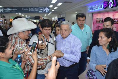 Fue en punto de las 12:50 horas que el mandatario arribó en vuelo comercial desde la Ciudad de México.