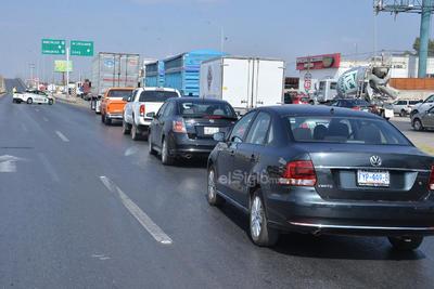 Muchos conductores indicaron que el flujo es lento, pero se va caminando. Desafortunadamente las autoridades de Vialidad de Torreón no implementaron ningún operativo para informar a los automovilistas sobre el bloqueo y poder tomar otra vía alterna.