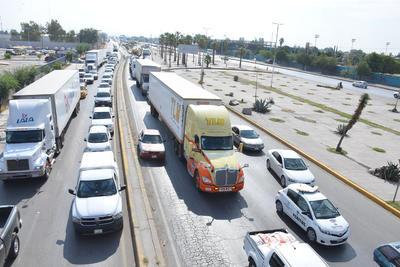 Tanto las mujeres, hombres, adultos mayores, niños y jóvenes se postraron en el puente que unen varias ciudades para impedir el paso de los vehículos.