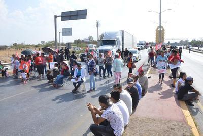 Miembros del Movimiento Social por la Tierra se sumaron a la convocatoria hecha por el frente Auténtico del Campo con motivo del 140 aniversario del nacimiento del general Emiliano Zapata, por lo que desde temprano decidieron bloquear totalmente este puente.