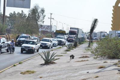 Ya era la una de la tarde y el intenso sol puso ansiosos a los conductores de camiones de carga y automóviles quienes tuvieron que esperar varios minutos para poder cruzar el puente Solidaridad, el cual une a las ciudades de Torreón y Gómez Palacio.