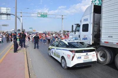 Fue en punto de las 09:15 horas que unas 150 personas cerraron el paso a todos los vehículos sobre el puente Solidaridad, esto en el marco del 140 aniversario del natalicio de Emiliano Zapata.