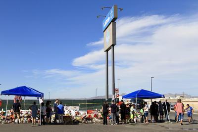 Los investigadores dicen que un hombre armado abrió fuego en un Walmart el sábado pasado, donde mató a 22 personas e hirió a una veintena.