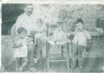 Sr. Leonardo Rosas acompañado de sus nietos: José, Manuelita, Enrique y Manuel Jáquez Rosas.