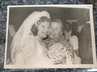 Lourdes Quintero Salais siendo felicitada por su abuela, la Sra. Ana María Covarrubias viuda de Salais, el 17 de agosto de 1974, en su boda con el Sr. Víctor Hugo Perez Caro.