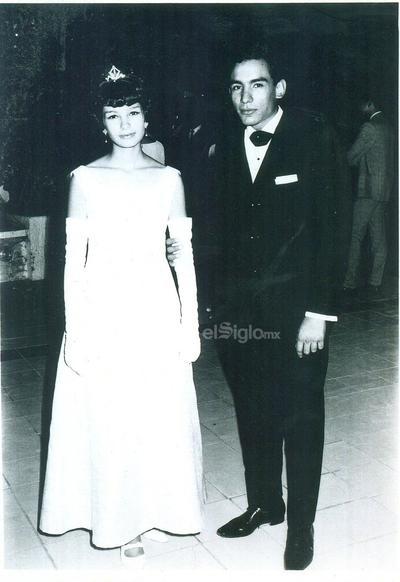 Josefina Alonso Treviño en el baile de graduación del Instituto Latinoamericano el 23 de julio de 1966, acompañada de su hermano, Ricardo Alonso Treviño.