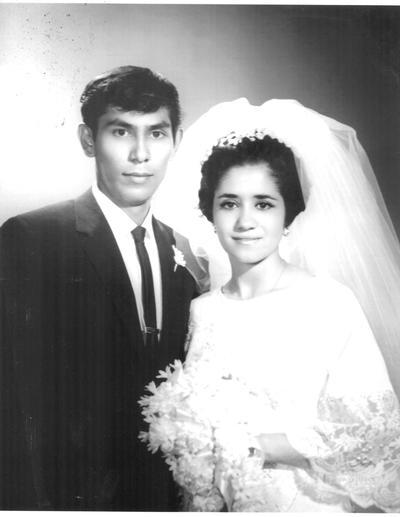 Sr. Martín Gómez Flores y Gloria Leticia Sandoval Martínez, que en la actualidad cumplen su 50 aniversario de bodas. Se casaron el 16 de agosto de 1969.