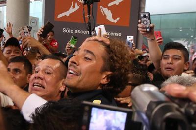 Olé, olé, olé, Memo, Memo, gritaron eufóricos los hinchas que desde temprano se concentraron en la terminal dos del Aeropuerto de la capital mexicana, por donde arribó el portero de 34 años.