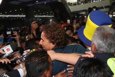 Vestido de pantalón vaquero con una camiseta negra, Ochoa accedió a tomarse selfis con personal del aeropuerto apenas bajó de la aeronave que lo trajo de Europa, donde jugó desde 2011 con el Ajaccio francés, el Málaga y el Granada españoles y el Standard Lieja belga.