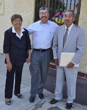 14082019 REENCUENTRO.  Jesús Gallegos con Macario Cortinas y su esposa, Francisca, maestros de la primaria de Jesús en los años sesenta.