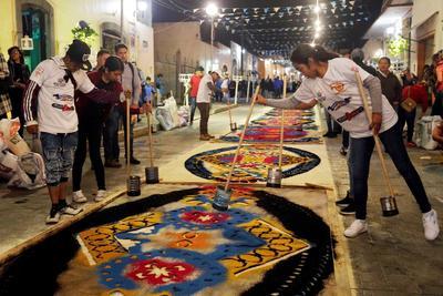 Fieles mexicanos honran a la Virgen de la Caridad con alfombras