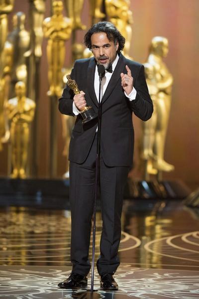 Gracias al proyecto de realidad virtual Carne y Arena, en el que sumergió a los espectadores al panorama que viven los inmigrantes en la frontera, la Academia de las Artes y las Ciencias Cinematográficas le otorgó a González Iñárritu el Oscar de Logros Especiales en 2017.