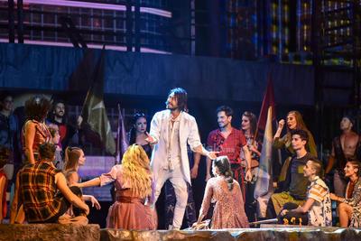 """La impresionante producción estaba por sorprender a los espectadores, como Jacobo Huízar, un fanático lagunero de María José, """"Estoy aquí por ella, la amo"""", comentó."""