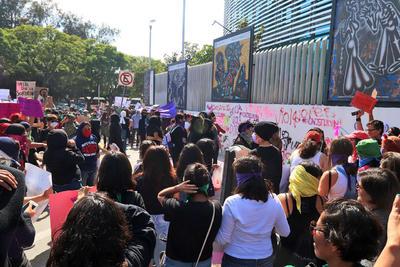 Todas se fueron agrupando. En ese punto, se exhortó a todas las participantes, quienes arribaron con diamantina rosa en alusión a la que le aventaron el lunes pasado al jefe de la policía capitalina, Jesús Orta Martínez.