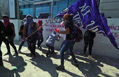 Integrantes de colectivos feministas arribaron en punto de las 18:00 horas a la Glorieta de Insurgentes, algunas portaban paliacates verdes, otras iban encapuchadas.
