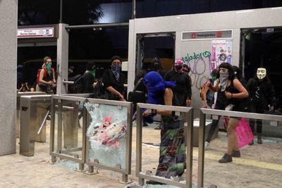 Las manifestantes arrojaron piedras, extintores, bombas y petardos a quienes se les cruzara.