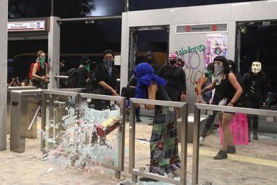 Esos actos, como algunas de ellas señalaron, correspondían a cómo debía ser la protesta. Sobre los dos accesos a la estación Insurgentes del Metrobús, los destrozos parecían llegar a su clímax.