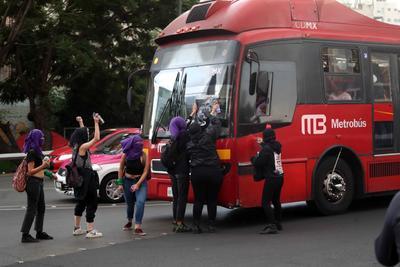 Hombres y mujeres usuarios de este sistema de transporte también fueron agredidos.