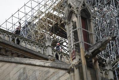 Se están llevando a cabo varias operaciones de descontaminación de plomo en los alrededores de Notre Dame.