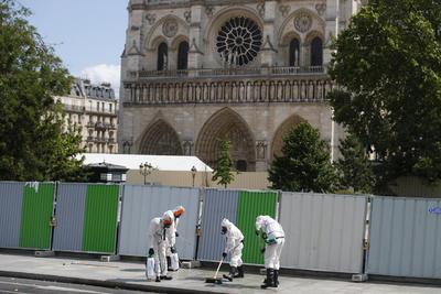 Cientos de toneladas de plomo se derritieron en el incendio del 15 de abril que destruyó el techo de Notre Dame y derrumbó su capitel, soltando polvo tóxico.