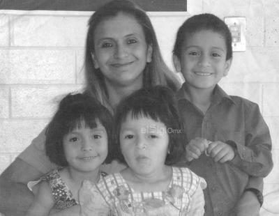 Fotografía familiar de la María Teresa Limones y sus pequeños hijos Juan Emmanuel, Ruth e Ingrid María hace algunos años.