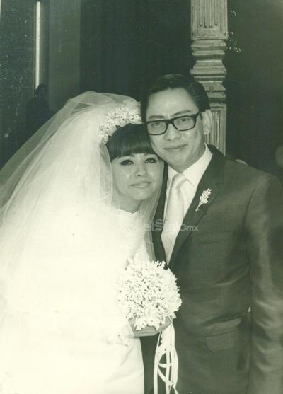 Graciela González Fernández y Gustavo León Wong en la Basílica de Guadalupe de Gómez Palacio, Dgo. Fotografía del 16 agosto 1969.