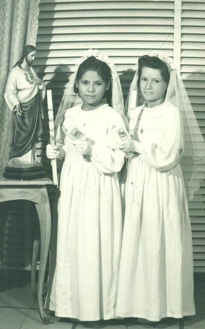 Primera Comunión en el año de 1950 en la iglesia de Guadalupe. Ellas son, Elena Rivas Pérez e Isabel Rivas Pérez.
