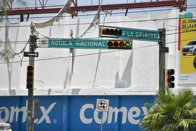 En distintos puntos, los semáforos se encuentran apagados, y pese a que cuando menos una de las luces enciende, esta situación llega a generar confusión a los conductores.