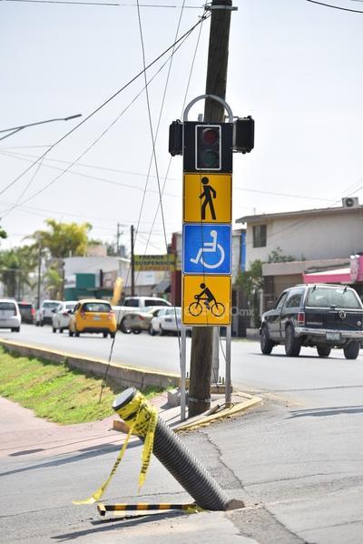 Los semáforos que son dirigidos a los peatones tampoco resultan útiles, ya que no se encuentran encendidos, esto a pesar de que sí cuentan con la señalética respectiva del lugar.