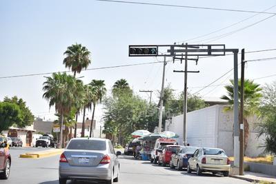 Algunos semáforos no cumplen su función de informar la dirección por la que se transita.