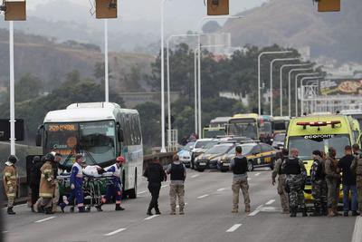 Los 37 pasajeros del autobús resultaron ilesos. Solo se registró el desmayo de una mujer fruto de la tensión vivida.