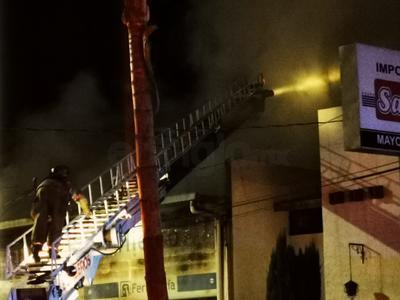 Fuego acaba con local comercial en Durango