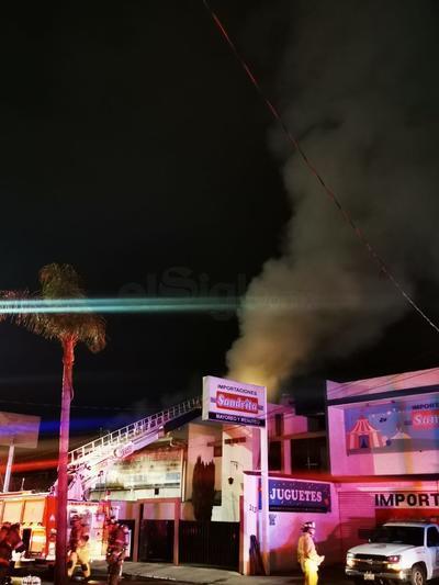 El incendio causó una densa nube de humo.