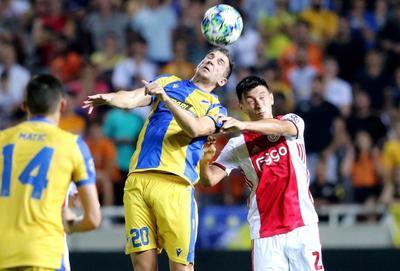 Ajax empezó fuerte, pero APOEL estuvo cerca de ganar el juego en la última media hora, luego que un cabezazo de Andrija Pavlovic golpeó el larguero y el portero del Ajax, André Onana, fue obligado a realizar excelentes atajadas.