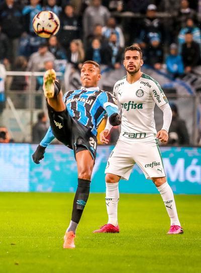 El técnico visitante, Luiz Felipe Scolari, optó por el recién contratado Luiz Adriano para comandar el ataque en el lugar del colombiano Miguel Borja, quien venía con una racha goleadora en los anteriores partidos de la Copa Libertadores.