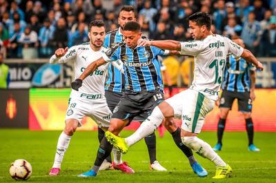Los locales se sacudieron de la arremetida del Palmeiras en los primeros minutos y Jean Pyerre respondió con un disparo desde fuera del área que llevó peligro al portero Wéverton. Después fue el turno de Álisson con otro remate de larga distancia.