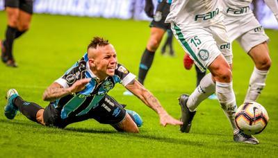 En los minutos finales, a pesar de la intención del Gremio, que insistía en el frente de ataque con Éverton, el Palmeiras daba el equilibrio con punzantes jugadas de contragolpe, como las de Willian y Dudú, quien estrelló un remate en el palo.