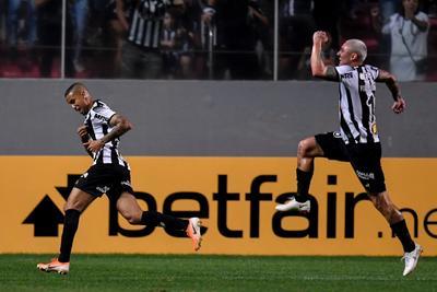 El Mineiro, que con goles de Jair, al minuto 28 y Elías, al 80' consiguió revertir el penalti con el que David Camacho abrió el marcador para la visita en el minuto siete, necesita ahora de un empate en la vuelta, el próximo martes en Bogotá, para avanzar a semifinales, en la que ya espera el Colón argentino.