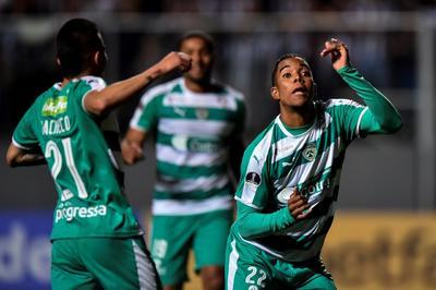 Urgido de una remontada, el técnico Rodrigo Santana decidió sacrificar al lateral Fabio Santos por el creativo venezolano Rómulo Otero.
