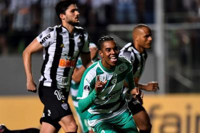 La entrada de Otero y poco después del delantero Alerrando en el lugar del volante Jair reforzaron el ataque del Mineiro.
