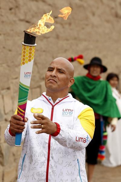 Varios grupos de bailarines danzaron varias piezas de folclor del Ande peruano, acompañados por músicos.