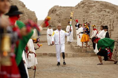 Alrededor de 300 personas portarán la antorcha por diversos distritos de Lima en su ruta hacia el Estadio Nacional, donde el viernes se realizará la ceremonia de inauguración en un espectáculo de música y fuegos artificiales.