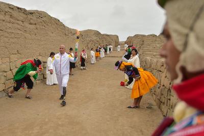 En el centro de una explanada, un curandero o 'sacerdote andino' colocó ofrendas en el piso para hacer un 'pago a la tierra', como una suerte de solicitud de permiso a los dioses para que los juegos deportivos sean exitosos.