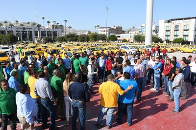 Taxistas protestaron en Torreón.