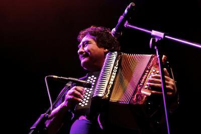 Celso daba serenatas a las chicas junto a sus hermanos Eduardo, Rubén y Enrique, pero fue en el año de 1980 cuando compró su primer acordeón para introducirse a la música vallenata.