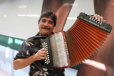 Celso Piña nació en la ciudad de Monterrey el 6 de abril de 1953. Sus arreglos destacaron dentro de la cumbia y por su especialidad en un instrumento se hizo merecedor del sobrenombre