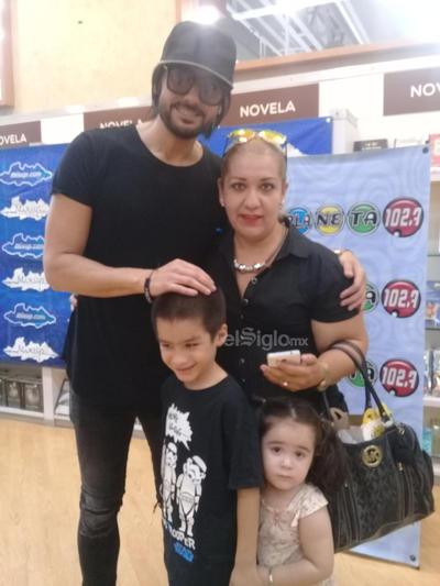 Alejandra en la firma de autógrafos de Beto Cuevas, en su pasado visita a Torreón.